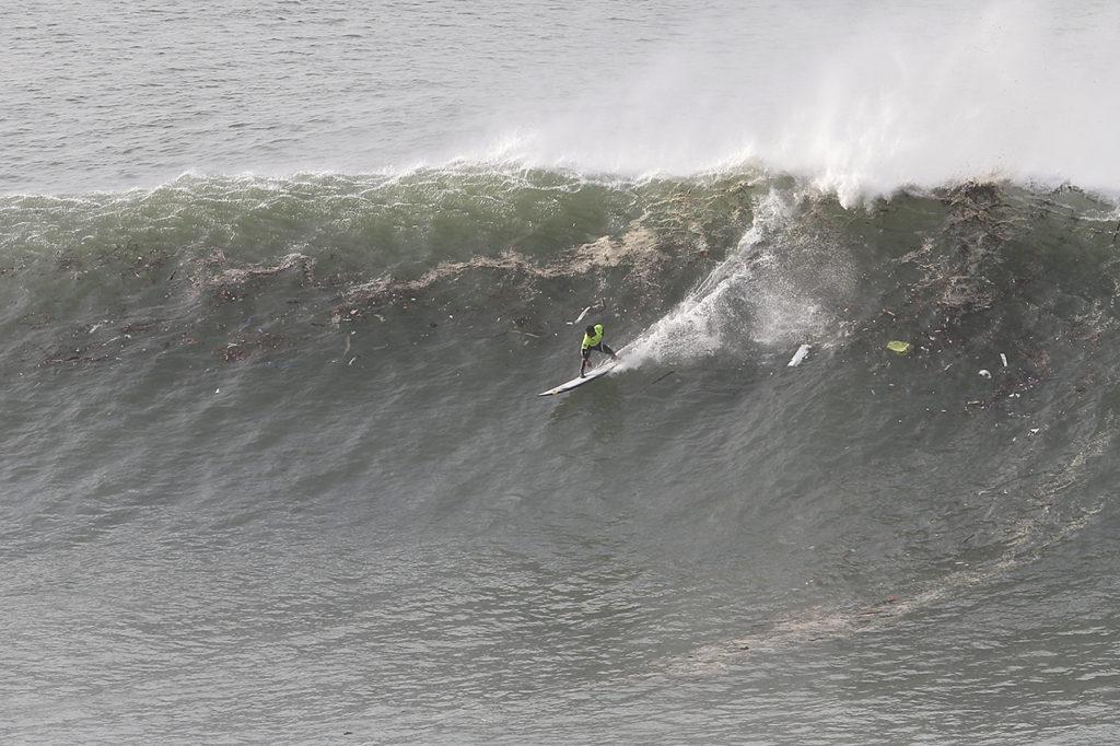 Fotografía cedida por Eduardo Buxens  Campeonato de surf de ola grande, acantilados de La Galea, Getxo. 2019