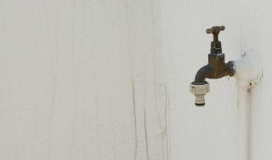 Grifo de agua corriente adosado a una pared